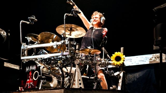 Rick Allen, baterista de Def Leppard, toca con Tesla en concierto