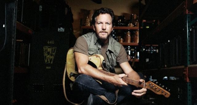 Eddie Vedder rinde tributo a Bob Dylan