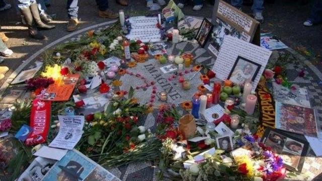 John Lennon, recordado en el lugar donde murió