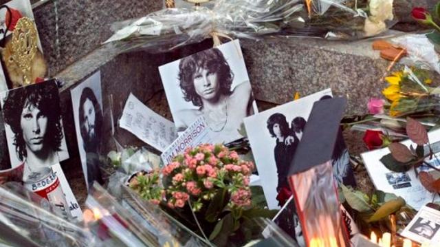 Miles visitan tumba de Jim Morrison