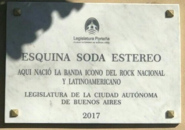 Develan placa en honor a la formación de Soda Stereo