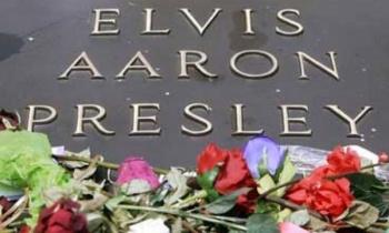Miles visitan tumba de Elvis Presley a 42 años de su muerte