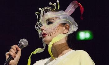 Björk reeditará su discografía en cassettes de colores